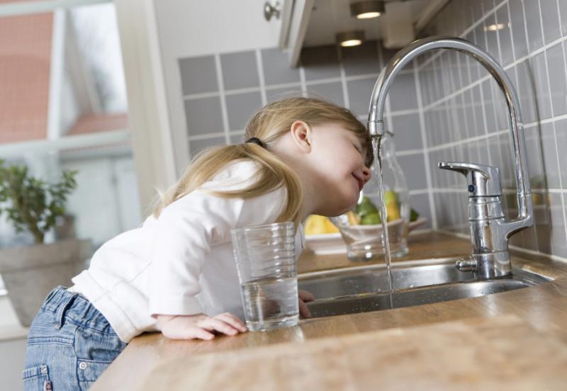 дети пьют воду с крана