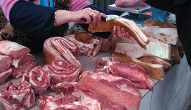 покупатель показывает на глисты в мясе
