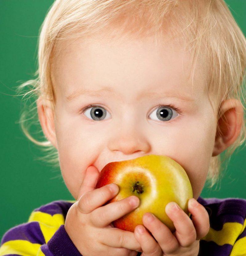 ребенок ест немытые фрукты