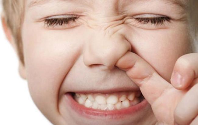 ребенок ковыряет в носу грязными руками