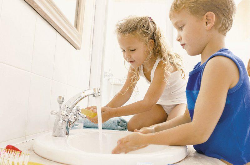 дети моют руки