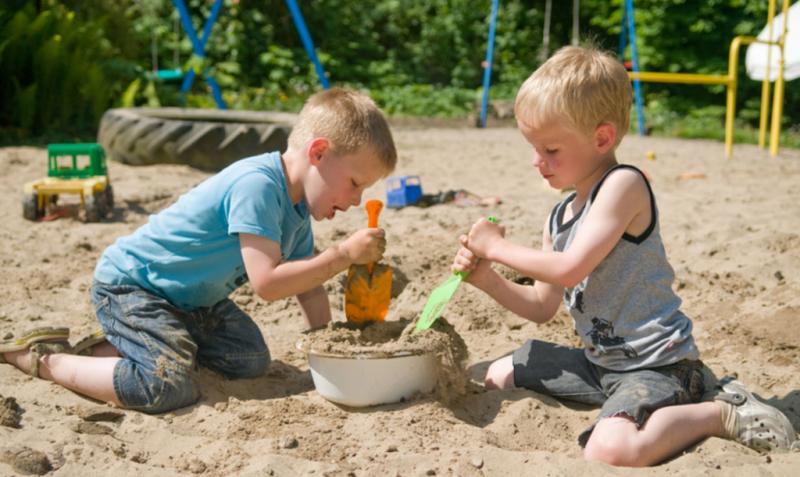 дети играют с песочком