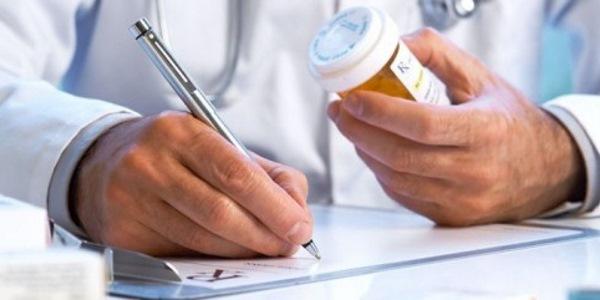 врач выписывает лекарство